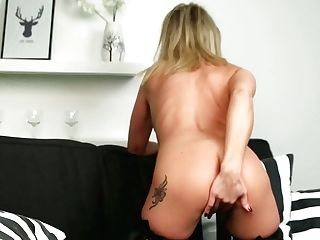Tantalizing Cougar Queenie Is Masturbating Her Hook-up-thirsty Hairless Vagina