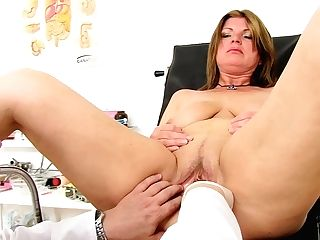 Nailable Curvy Mom Bohunka Displays Her Tasty Labia